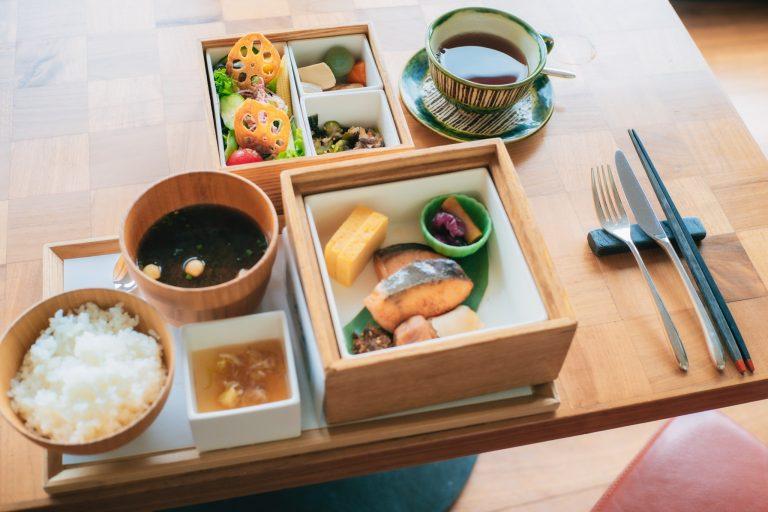 和朝食セットも種類豊富。季節の小鉢4種に湯葉が入ったバランスの良いラインナップです。