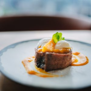 「マンゴーフレンチトースト」マンゴーとチョコレートのソースがたっぷり染み込んだフレンチトーストは、見た目に反して空気の入った軽い生地でペロリと食べられます。