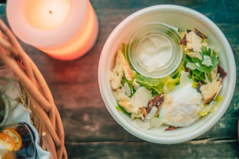 クラシックなシーザーサラダは、酢漬けにしたホワイトアンチョビを使用しオリジナリティをプラス。温泉卵は途中で割ってマイルドな味わいへの変化を楽しむのがおすすめ。