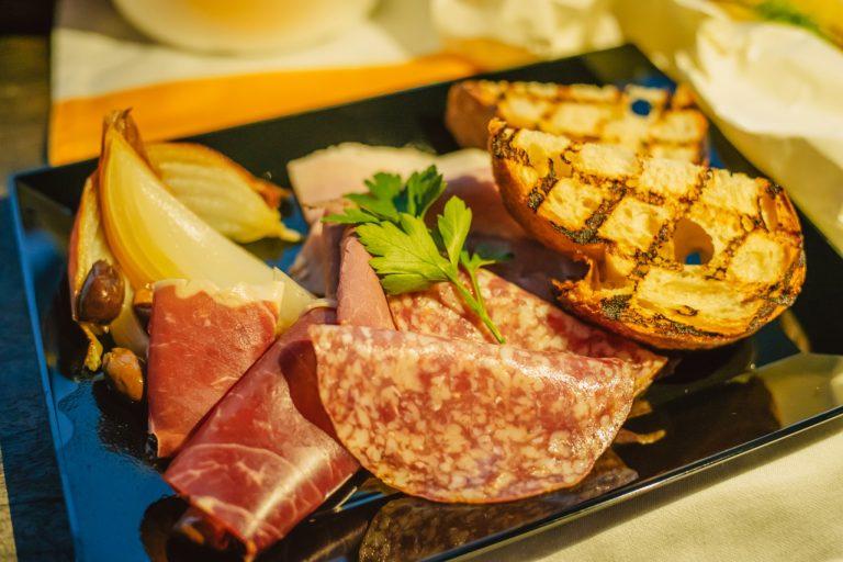 皮付きのままローストした玉ねぎの甘みと、旨味が凝縮されたサラミやハムがシンプルかつ贅沢な盛り合わせ。
