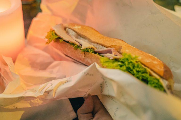ボリューム満点なサンドウィッチは、ボイル漬けした塩漬けのイタリア産シャンパーニュハムと、白カビチーズの王様と称されるフランス産のブリー・ド・モーを使用。