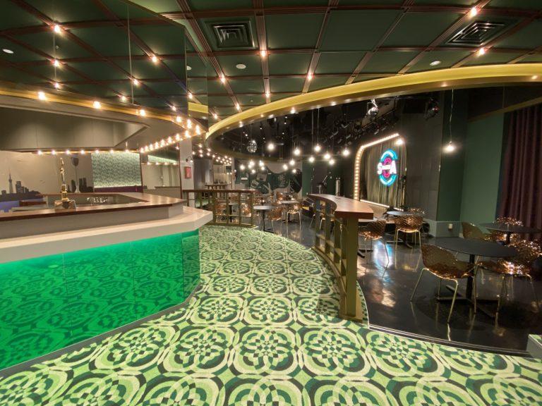 グリーンのカーペットは「波紋」をテーマにして、つながりが広がるイメージで作っている。
