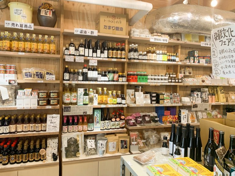 物販コーナーには全国から厳選した発酵食品がずらり。