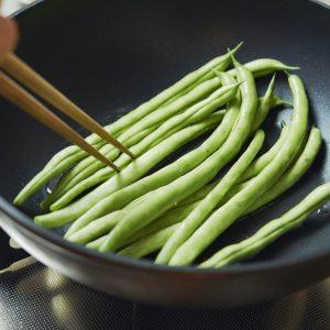 2…1を茹でている間に、フライパンにオリーブオイルを敷き、へたを切り落としたインゲンを炒めて皿にのせる。