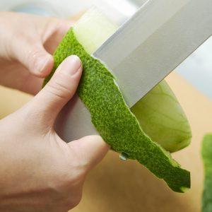 1…冬瓜の皮を剥く。