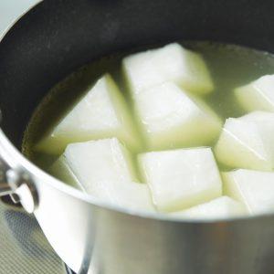 2…鍋に出汁と冬瓜を入れ半透明になるまで煮る。