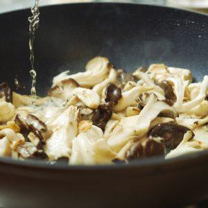3…2の豚肉をフライパンから取り出したら余分な油を拭き取り、きのこを中火で炒め、塩を振り日本酒を加えて水分が半分くらいになるまで煮詰めたら焼く。きのこを豚肉にかけて盛り付けたら完成。