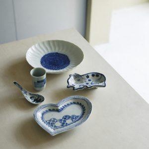 「染付花図輪花皿」9,900円(上)、「染付馬形小皿」11,000円(右、各税込)