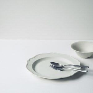 右上から船串篤司「鉢」2,500円、「輪花皿」6,500円、竹俣勇壱「カトラリー」各3,500円