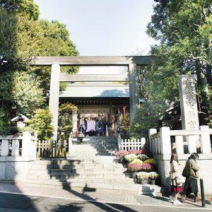 飯田橋のビルの谷間に鎮座する東京大神宮は平日でも女性参拝者でにぎわう。