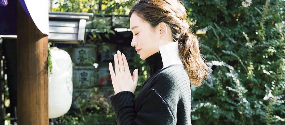 気持ちを静めて、参拝するMARIKOさん。