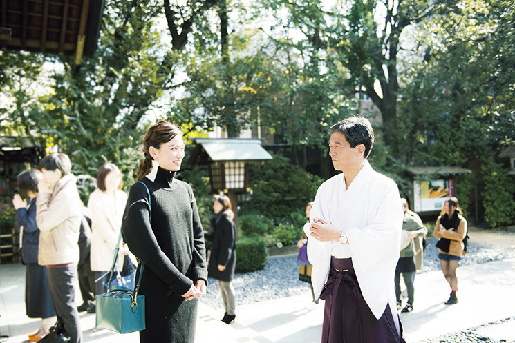 東京大神宮の禰宜・唐松義行さんの話に真剣に耳を傾ける。