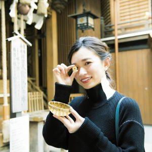 銭洗いで洗った種銭を大切にして、財運向上/きれいになった5円玉を見てにっこりのMARIKOさん。