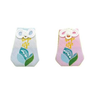 鈴蘭ビーズ守りはビーズですずらんの花を表現したお守りで、青とピンクの2種類。