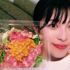 タンパク質たっぷり!〈デニーズ〉のローストビーフのパワーサラダを納豆カスタム。
