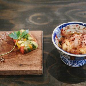 「ハモ×基本のお出汁の揚げ出し」800円。鰹節はテーブルで削って添えてくれる。カラフルな野菜の断面が美しい、「お出汁とお野菜のテリーヌ」880円など小皿料理も豊富。