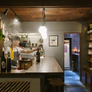 店主・長谷川琢馬さんの温かなサービスにも定評あり。以前は古本屋だった店舗は、壁の本棚を生かしたワインのディスプレイが素敵。