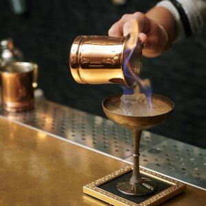 炎が付いた液体をグラスに流し込んでカクテルが完成。