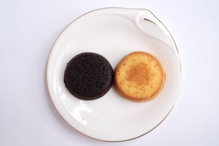 「チョコオレンジケーキ」(左)「りんごバターケーキ」(右)。