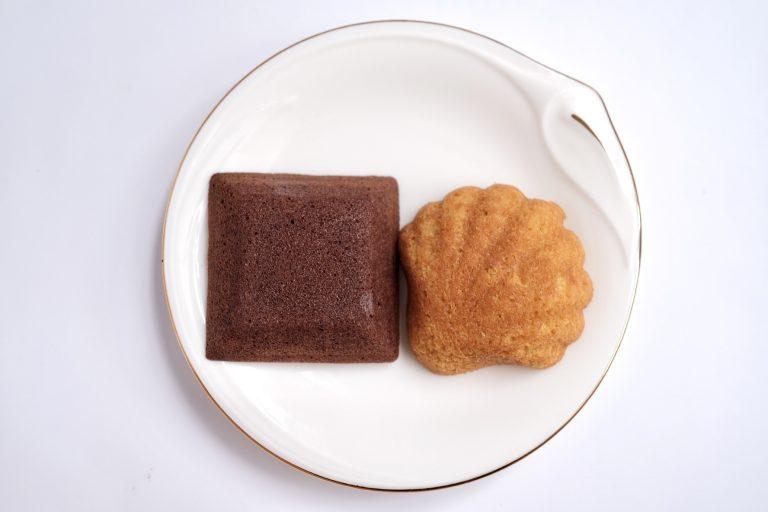 「フィナンシェ・ショコラ」(左)と「マドレーヌ・ブラウン」(右)。