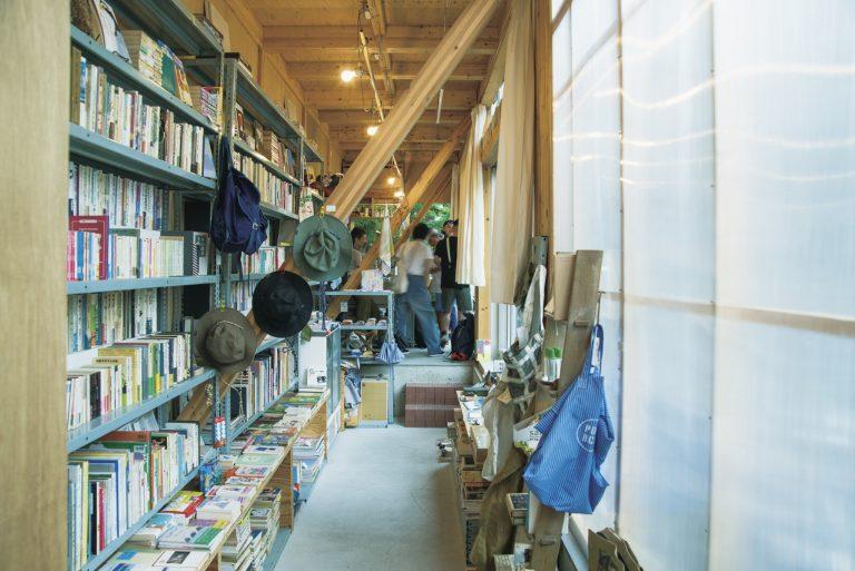 店内には本だけでなく雑貨もあちこちに。