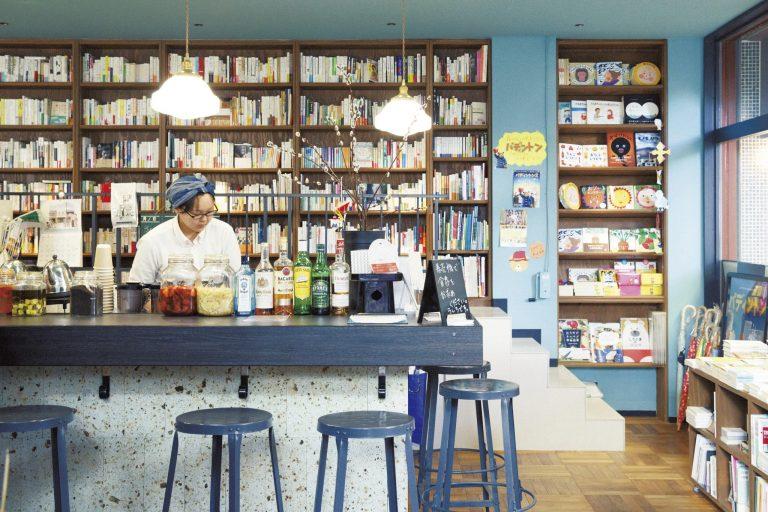 カフェの名前は〈出町座のソコ〉。日替わりランチからアルコール類まで、豊富なメニューでゲストに応える。
