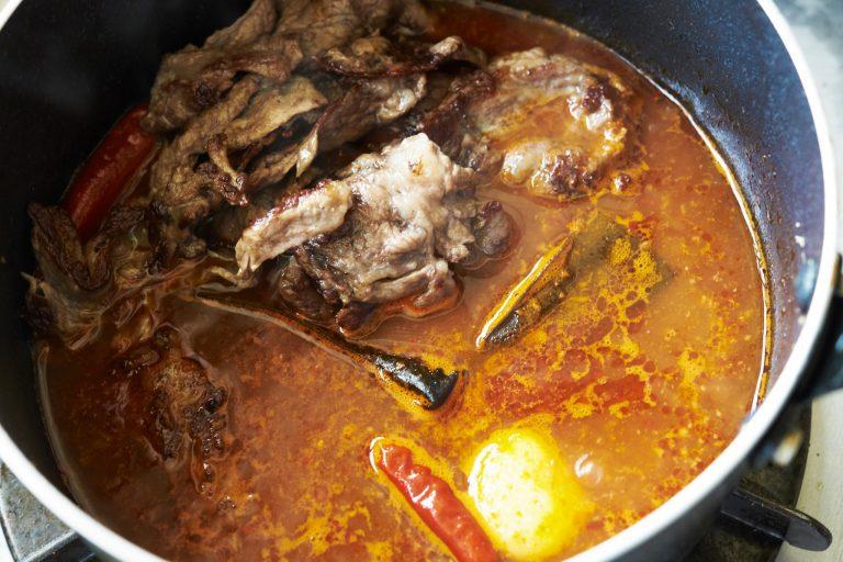 【POINT】鍋の空いたところに牛肉を。