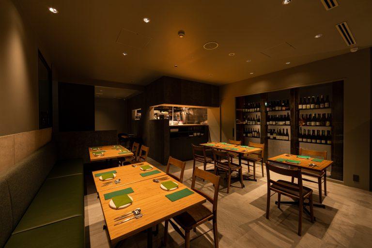 コーヒーの出がらしを練り込んだ壁や、間伐材・流木などを再利用したテーブルなどSDGsを意識。