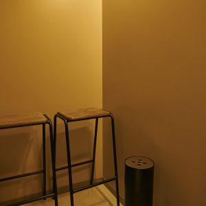 店内にある喫煙ルームは、4〜5人が入れる広さ。