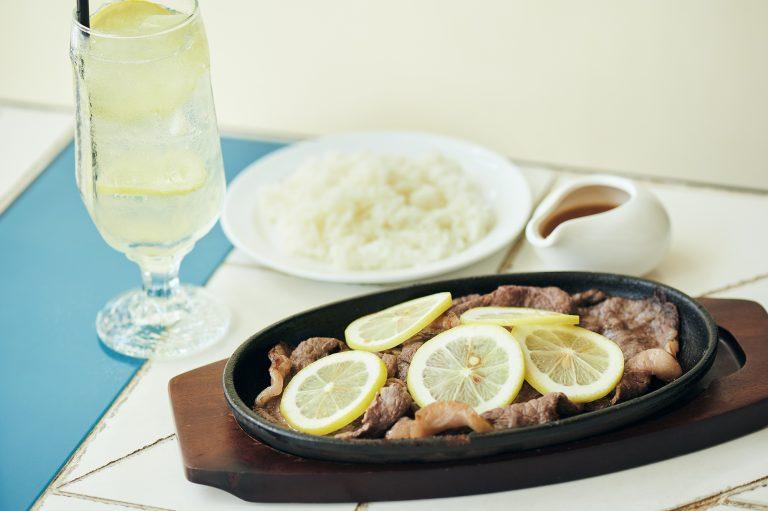 ランチタイム(11:00〜14:30)限定の「茨城県産 黒毛和牛レモンステーキ」パン・ライス付き 1,680円。肉の旨味とレモンの酸味が絶妙にマッチしていて、ついつい箸が進みます。「自家製レモネード ソーダ割」(630円)は後味すっきりでお肉とも好相性。