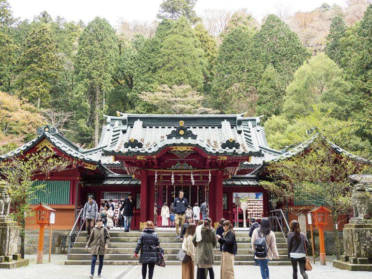 箱根神社境内はいつもにぎやか。社殿右手には九頭龍神社新宮が。九頭龍神社、箱根元宮と箱根神社へ参拝する「三社参り」が理想的。