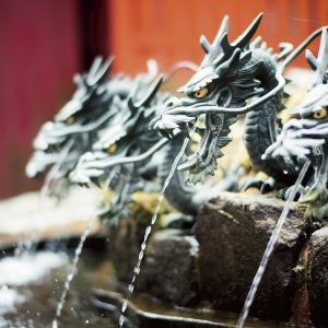 境内には9つの龍の口から湧き出る龍神水が。