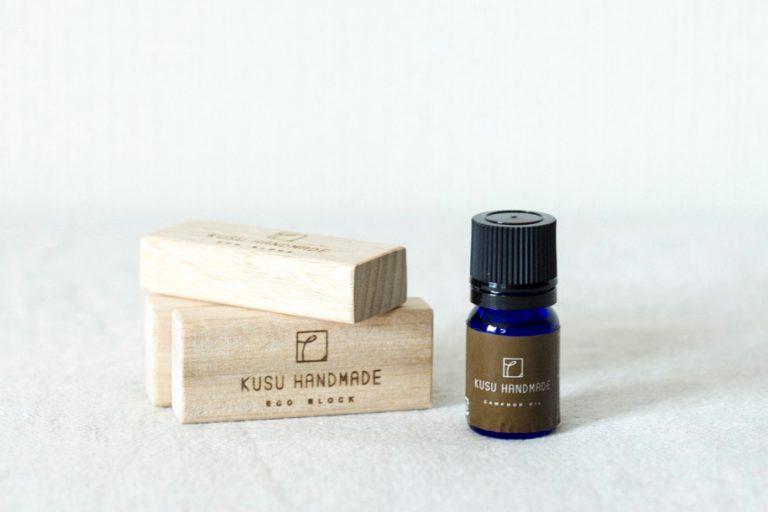 『楠には防虫・消臭効果があるそう。自然な香りもリラックスできます。』(ライター・鹿志村杏子さん)/エコブロック4個+カンフルオイル5ml+コットンポーチセット1,800円(KUSUHANDMADE www.kusuhandmade.com)