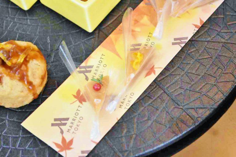 オブラートでラッピングされている「2種の生キャラメルブーケ」は、手前がピンクペッパーとタイム。もう1つはオレンジピールがのっています。どちらにもゲランド塩が一粒のせられ良いアクセントに。