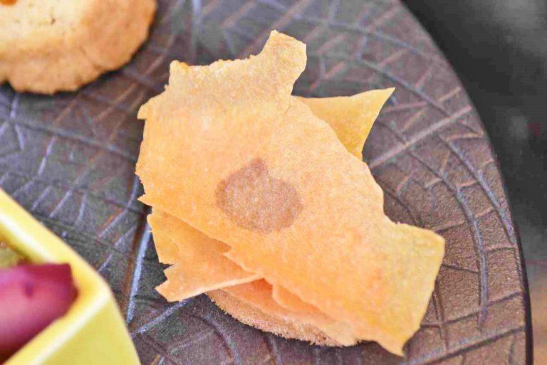 黄金色の落ち葉のような「キャラメルガナッシュのミルフィーユ風ラングドシャ」。