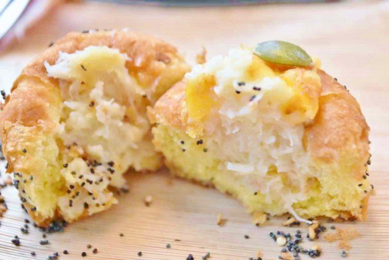 カボチャの風味が豊かな甘めのパンに、蟹グラタンが詰まった「パンプキンブレッドのカニグラタン」。