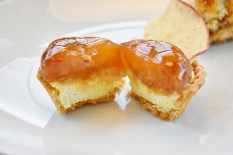 「りんごのタタン風タルトレット」は、りんごの下に、カスタードクリームが詰まっている。