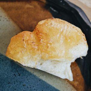 バターでカリッカリと揚げ焼きみたいになっています。