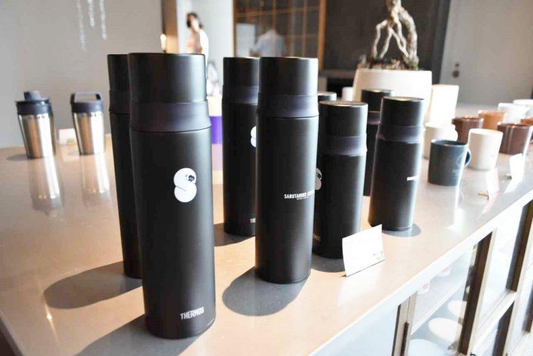 オリジナルデザインを施した保温効果の高いサーモス社製ステンレスボトル。 「0.35L」(4,400円)、「0.5L」(4,730円)※税込