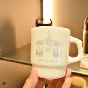 猿田彦珈琲とアメリカ発のガラス製食器ブランド「ファイヤー キング」に原宿駅がプリントされたコラボスタッキングマグ(3,600円)など、店内では店舗限定グッズも販売。