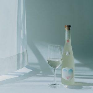 """ボトルの色味や形なども""""えりごのみ""""。ボトルのラベルデザインは、村川さんと以前より交流のあるアートディレクター・小杉幸一氏が担当。"""
