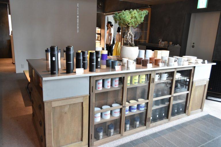 オリジナルグッズがズラリと並ぶ店内は、コーヒーをテーマにしたセレクトショップのよう。