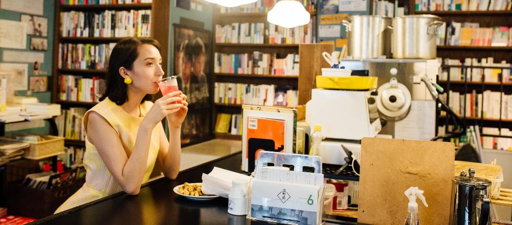 <span>カフェを求めて、東京から世界まで。</span> 【京都】商店街にある映画×書店×カフェ〈出町座〉。売り切れ御免の人気メニューとは?/Alice in Cafeland