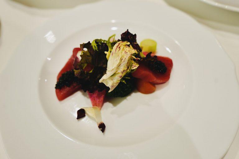 「本マグロのカルパッチョ キャビア添え」は、本マグロの赤身部分をフルーツトマトと野菜と合わせたサラダ仕立て。