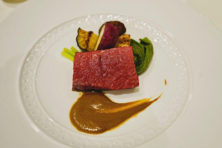 メインの「和牛フィレ肉の鉄板焼き」は、ミディアムレアに仕上げています。