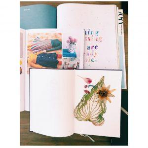 お気に入りの雑誌と押し花を並べて。