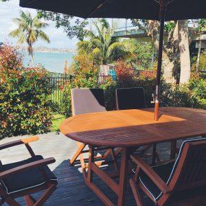 日差しが強いので、アウトドアテーブルは傘つきのものをチョイス。
