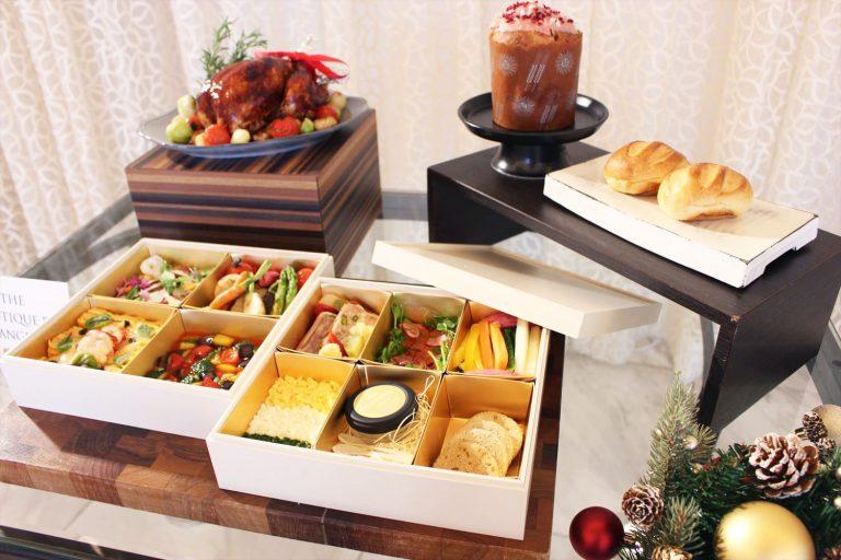 12月1日から予約開始となる、イタリアンレストラン〈ピャチェーレ〉のクリスマスデリ。2段ボックスほか、若鶏のローストやルビーチョコレートのパネトーネも。/2名用40,000円。