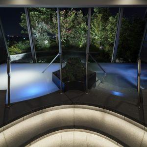 幻想的な空間で横浜の景観を一望できる「インドアバス」。