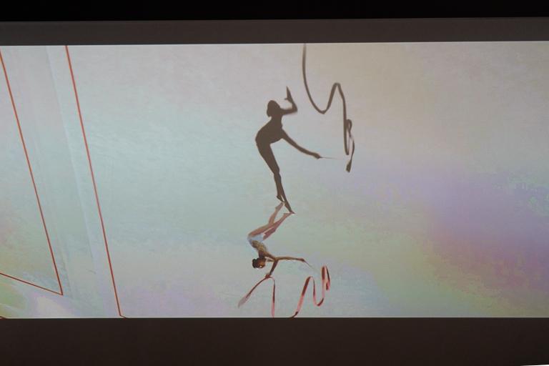 エンターテインメント部門大賞の佐藤雅彦さん、佐藤匡さん、石川将也さん、貝塚智子さんによる『Shadows as Athletes』の一場面。